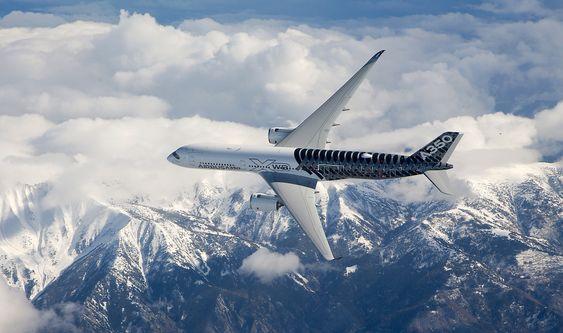 På A350 XWB er mesteparten av skroget og vingene laget i karbonfiber. Det er likevel unntak: Vingeforkant og snute er laget i aluminium-litium-legering og motorfestene er laget i titan. I strukturen er det fortsatt mye stål (seks prosent av flyets vekt).