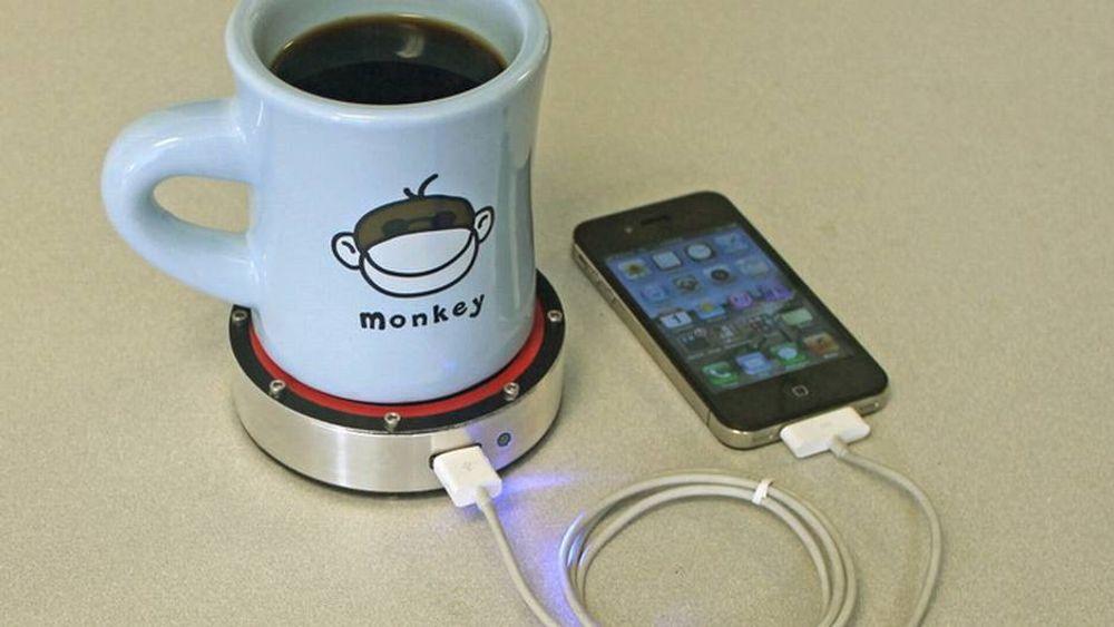 Nå kan du lade mobilen med en kaffekopp