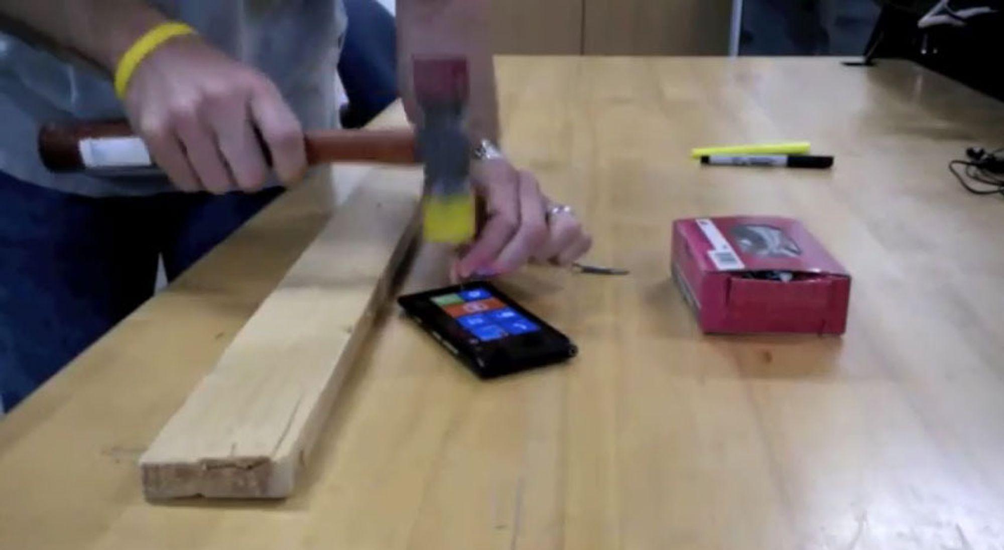 Tåler Lumia 900 hammeren?
