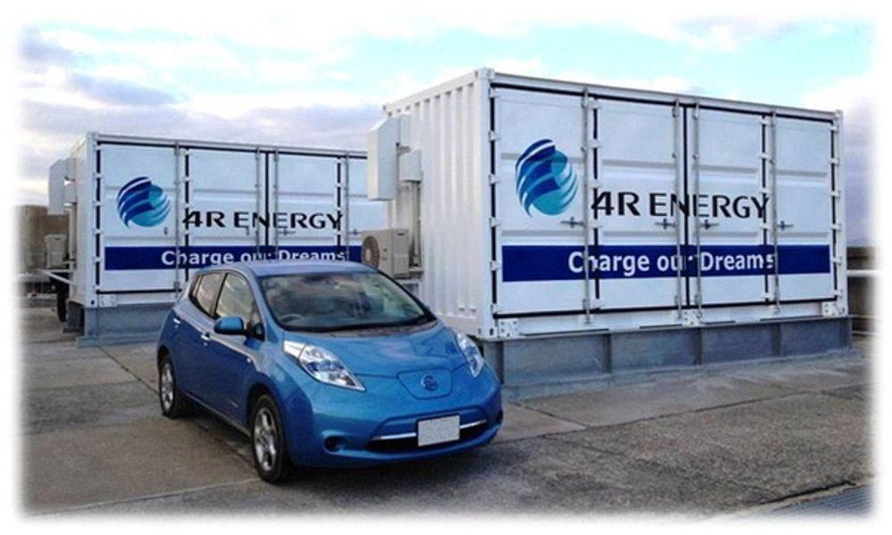Brukte litiumionebatterier fra Nissan Leaf gjenbrukes nå til å lagre energi fra en solpark i Japan.