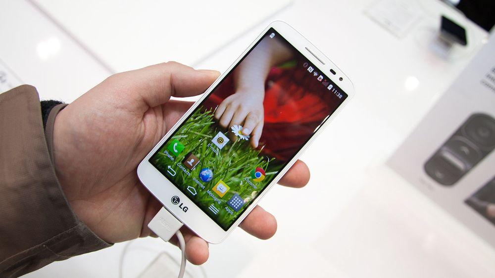 LG forsøker å selge inn at en 4,7-tommer kan kalles en minitelefon. Foto: Marius Valle