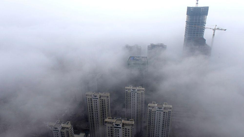 Bygninger lå innhyllet i tykk smog i millionbyen Qingdao onsdag.