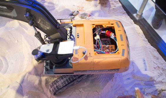 Gravemaskin: Denne modellen er mer enn en gravemaskin. Ericsson har proppet den med utstyr for å sende informasjon til den som skal kontroller den.