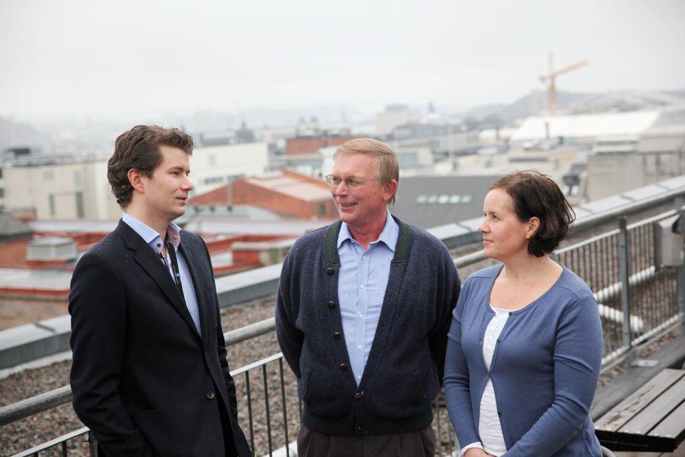 SJELDEN RASE: Knut Mansika (midten), Katrin Lervik og Ingar Steinsvik har god oversikt over Oslo fra kontorene i Akersgata. De utgjør halvparten av ingeniørene som jobber i OED, og sier ingeniørbakgrunnen gjør det ekstra spennende å være med på å påvirke tunge politiske prosesser.