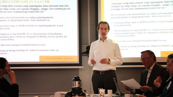 Avdelingsdirektør Jo Ulltveit-Moe i Statsbygg under et infomøte for interessenter knyttet til statlig reguleringsplan for nytt regjeringskvartal Til høyre i bildet prosjektleder Tore Kildal