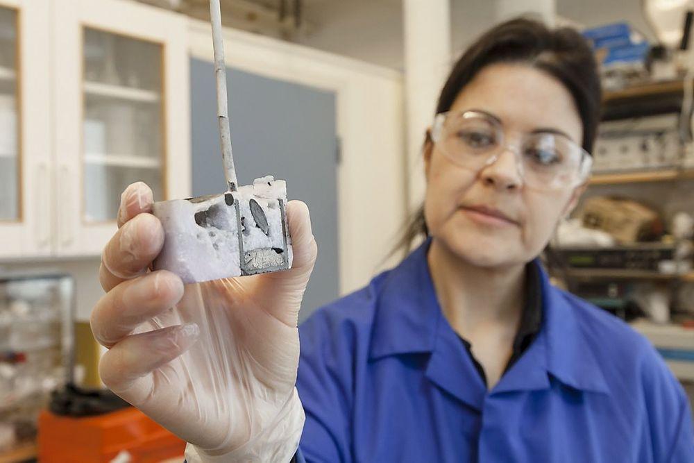 SINTEFs Ana Maria Martinez har tro på at høytemperatur elektrolyse kan brukes til å gjenvinne sjeldne jordartsmetaller fra skrap. Her har hun åpnet en digel etter et elektrolyse-forsøk.