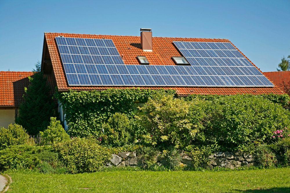 Lovforslaget fra den svenske flertallsregjeringen går ut på å gi skattefradfrag på 60 svenske øre per kilowattime, for opptil 30.000 kilowatttimer for mikroproduksjon av strøm.