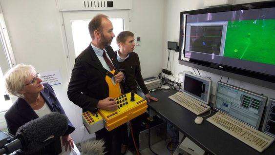 Og oppe i forskningsfartøyet Gunnerus sto daværende næringsminister Trond Giske og prorektor Kari Melby og fulgte med på snorklippingen under vann. Dermed fikk de innblikk i hvordan ROV fotograferer havbunnen.