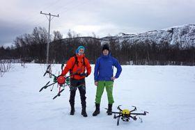Droner brukes allerede til inspeksjon av kraftliner. Lars Sletten (t.h.) og ingeniør Per Helge Sæter er droneflygere i Hålogaland kraft.