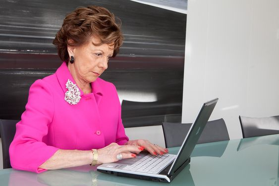 Neelie Kroes, using a notebook