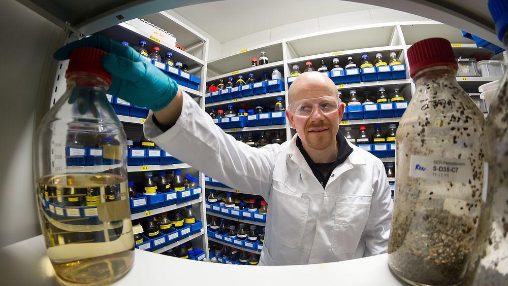 """Forsker Roman Netzer i SINTEF har fått overraskende resultater under forsøk med å bryte ned oljesøl med bakterier. Her i SINTEFs """"oljebibliotek""""."""
