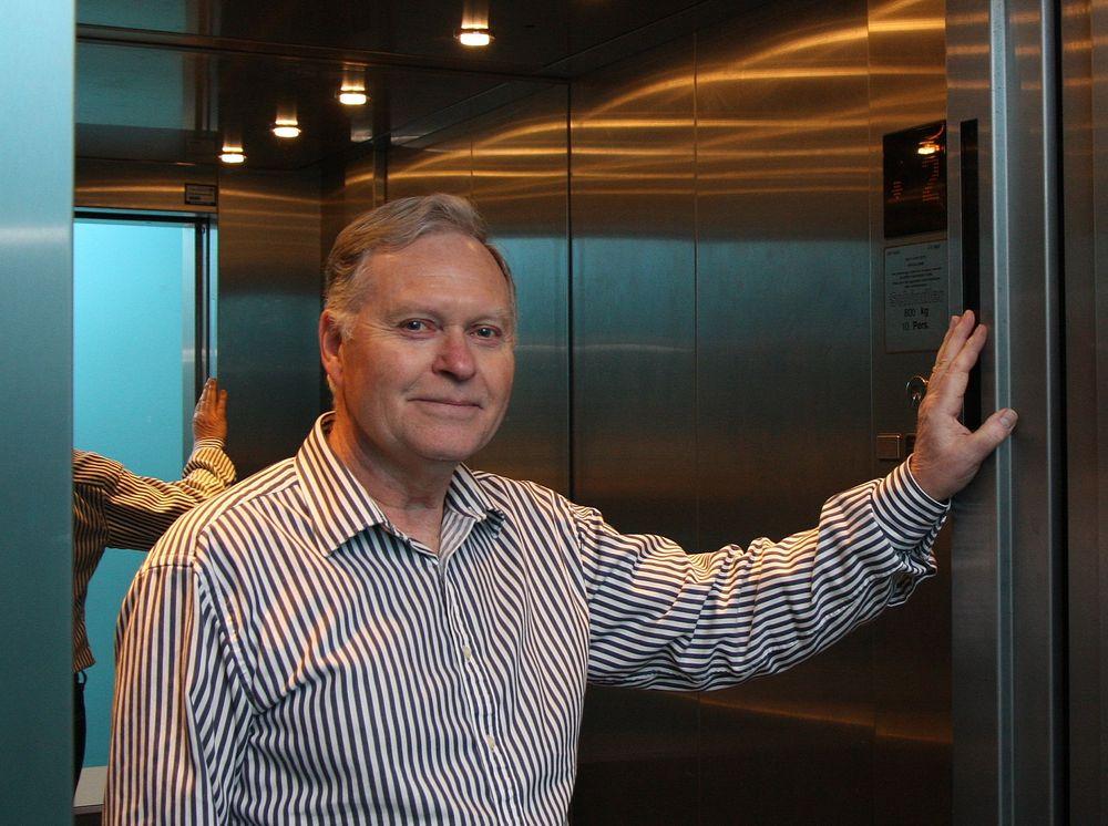 Hos Direktoratet for byggkvalitet er seniorrådgiver Søren Tybring Haug i gang med å endre reglene som skal gi heiskontrollørene myndighet til å sjekke at alarmen har en forsvarlig forbindelse med alarmsentral etter at Telenor har lagt om fra analog til digital infrastruktur.
