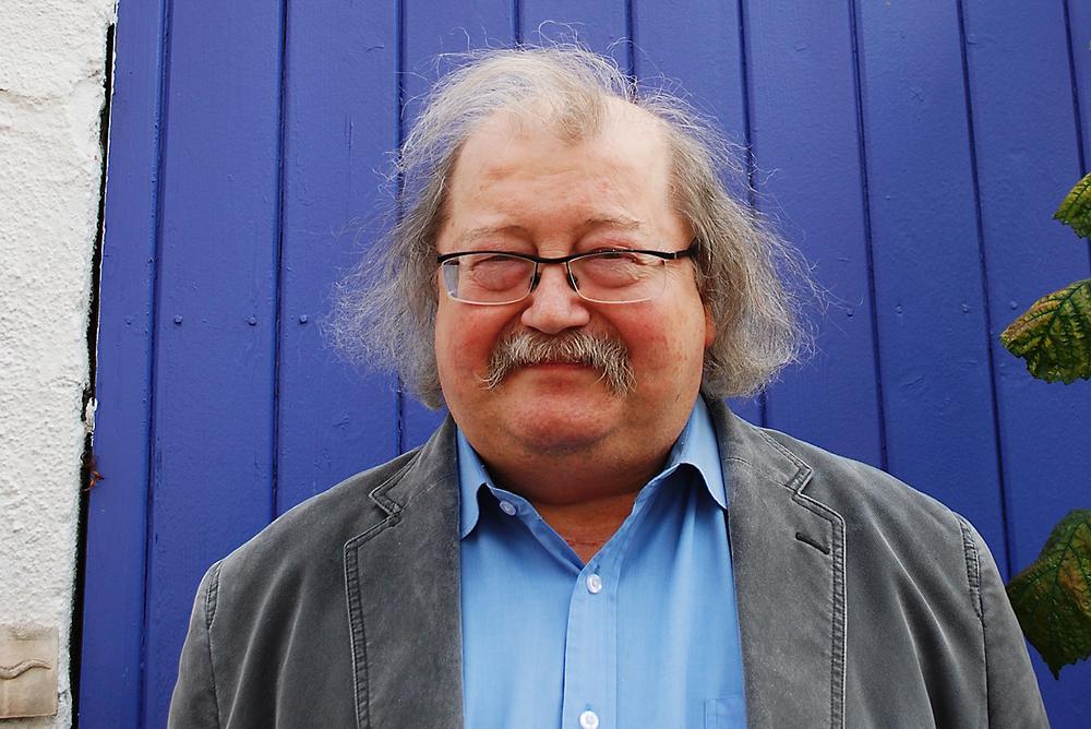 Professor Jon Bing utenfor det fiolette huset hans på Kampen i Oslo.