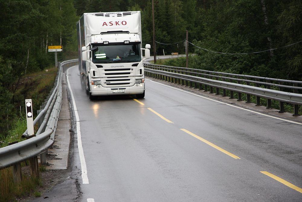 Mend det danske Vejdirektoratet øker fartsgrensen for å bedre trafikksikkerheten langs danske landeveier, mener det norske Vegdirektoratet økt fart øker ulykkesrisikoen betraktelig.