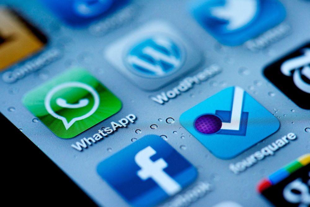 Å fjerne sosiale medier-apper på telefonen er et av tipsene for å bruke mindre tid på disse mediene.