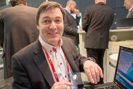 Se her: Teknologidirektør Ralph Bernstein i norske IDEX viser oss et mobiltelefon frontglass med en innstøpt linjesensor.