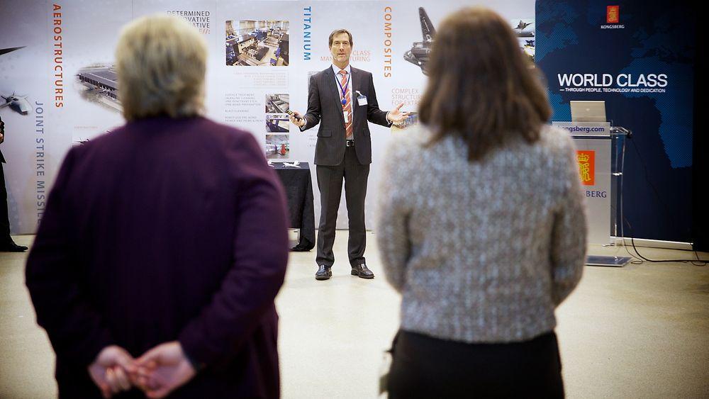 Walter Qvam presenterer Kongsberg-gruppen for statsminister Erna Solberg og NHO-sjef Kristin Skogen Lund. Foto: Eirik Helland Urke