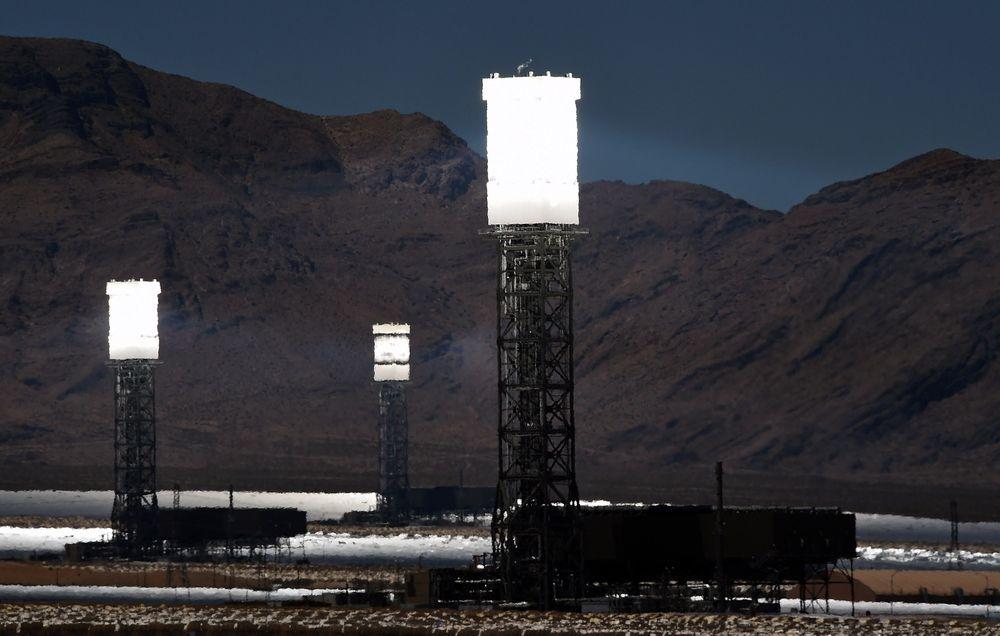 Forskerne bak Hydricity vil bruke soltårn, som på bildet, til å varme vann til ultrahøye temperaturer for å drive hybridprosessen som skal produsere el gjennom hele døgnet. Soltårnene i illustrasjonsbildet er fra Ivanpah-anlegget for konsentrert solkraft i California, som samler opp solstråler fra 347.000 datastyrte speil.