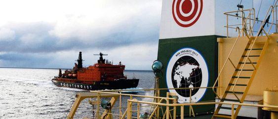 Assistanse: Atomisbryter fra Atomflot følger en ferd gjennom Nordøstpassasjen i 2011. I store deler av ruten er skip avhengig av isbryter til å lage råk.