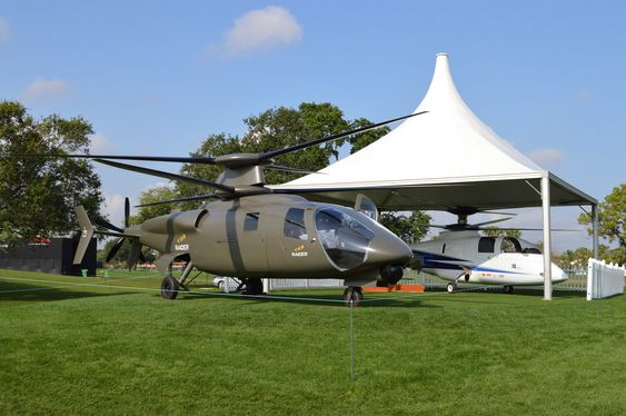 Modell av Sikorsky S-97 Raider som baserer seg på teknologien som ble tatt fram i X2-demonstratoren (i bakgrunnen). Dette blir også basis for den oppkalerte kandidaten i FVL-programmet.
