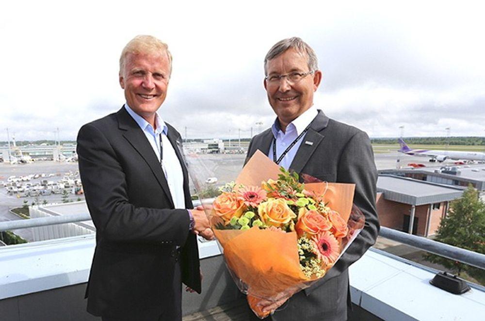 Konserndirektør Dag Falk-Petersen (t.v) ønsker ny administrerende direktør Øyvind Hasaas velkommen.