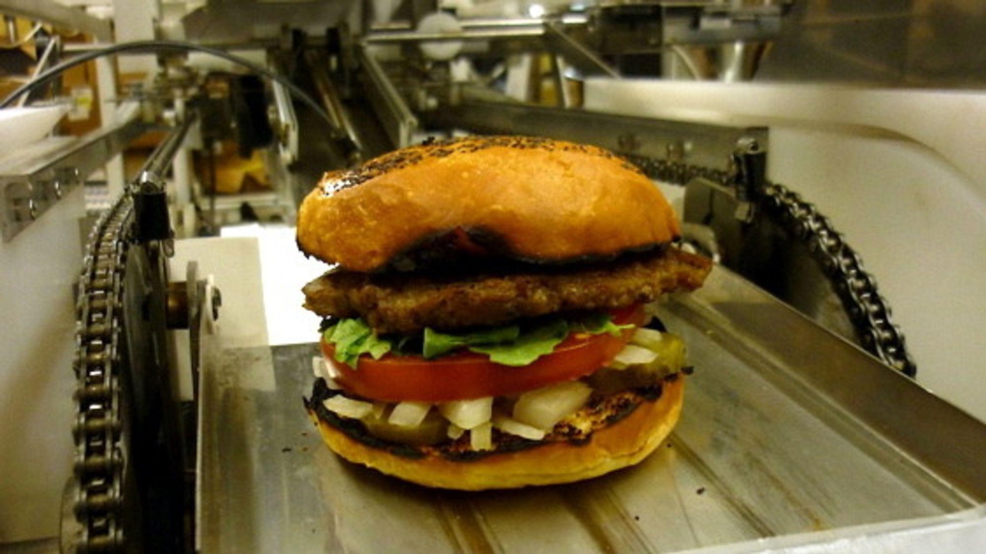 Slik ser en ferdig produkt ut etter å ha blitt konstruert i burgermaskinen. Litt svidd på kantene, men burgeren er fremdeles i prototypestadiet.