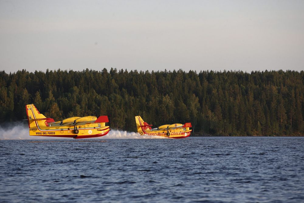 Et fransk og et italiensk vannbombefly tanker vann i Häredesjön i nærheten av den voldsomme skogbrannen som herjer Västmanland i Sverige. De tanker seks tonn vann i løpet av 12 sekunder.