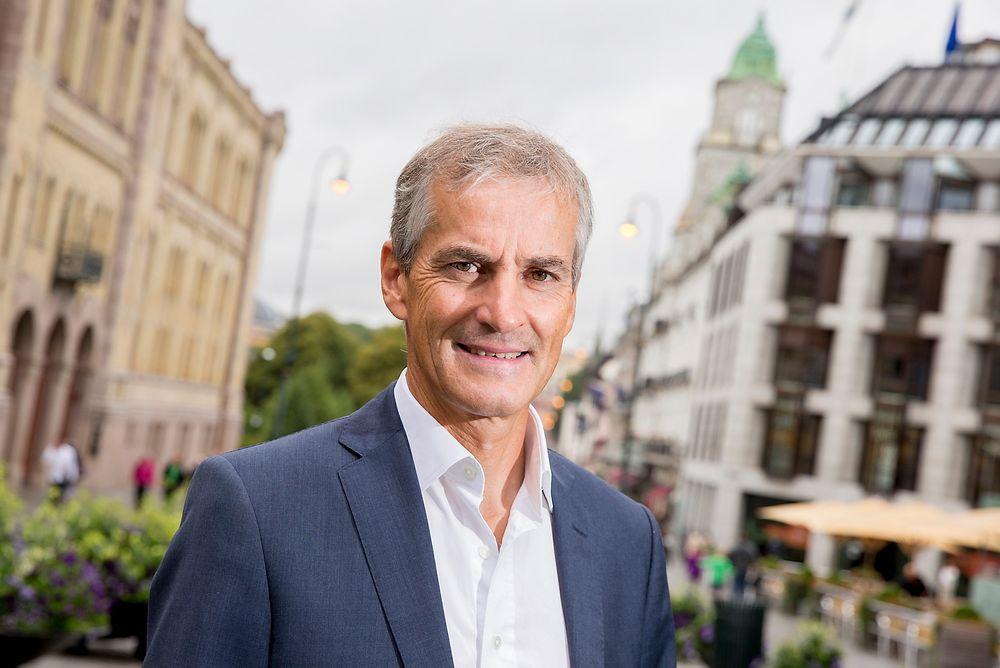 Ap-leder Jonas Gahr Støre mener ikke at norsk olje nødvendigvis bør bli liggende ubrukt under havbunnen.