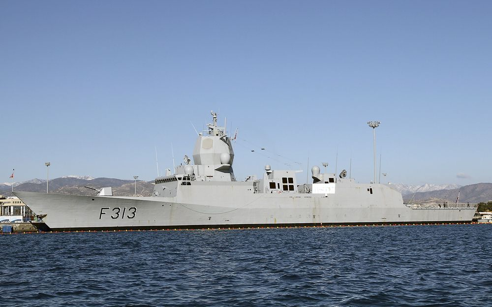 Fregatten KNM Helge Ingstad, her ankret opp på Kypros, deltar i operasjonen med å frakte kjemiske stridsmidler ut av Syria.