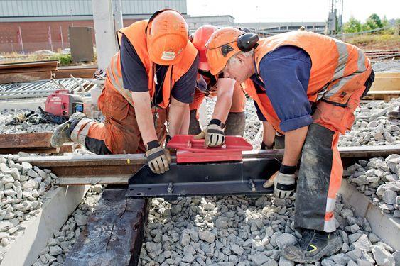 Her monterer mannskaper fra entreprenøren Infranord en sporsperre på sporet inn til hensettingsområdet. Hvis et tog skulle kjøre eller trille mot rødt lys, sørger denne for at toget sporer av og ikke kommer ut i hovedsporet.