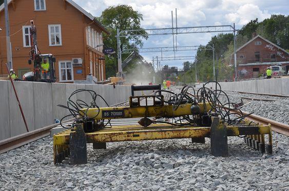 Denne skinneløfteren er i hyppig bruk i Spydeberg i sommer, når stasjonen nå moderniseres.