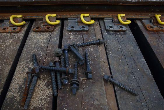 Grove bolter må til når skinnene skal holdes på plass på den nye brua.
