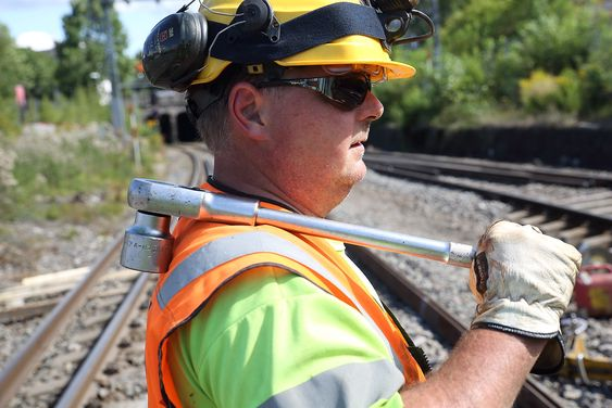 Micael Anderson fra Norsk Jernbanedrift jobber med å legge skinner på Østfoldbanen på Loenga. Sporene ble revet i forbindelse med bygging av en ny bru over den kommende byggegropa til Follobanen.