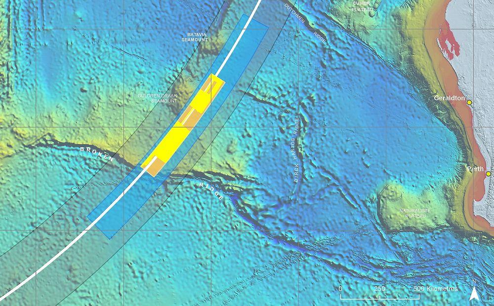 Det oransje feltet viser det prioriterte leteområdet, som ble etablert i mai, og de gule feltene viser hva som per 7. august er kartlagt. Nå starter nye søk etter vrakdeler.