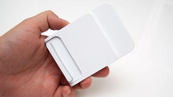 Laderen kan foldes sammen slik at den er enkel å putte i lomma.