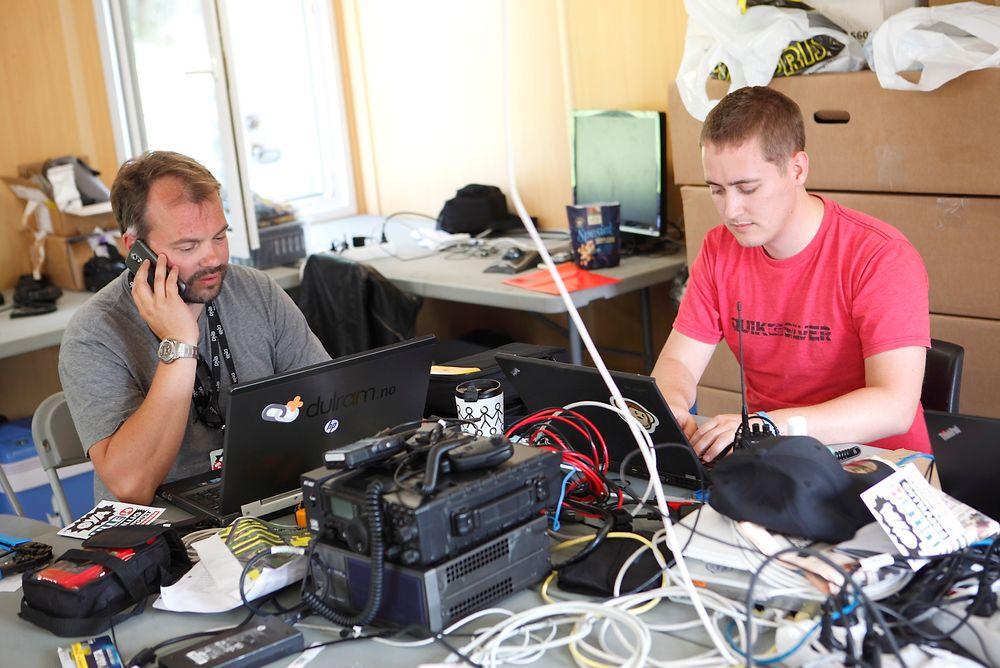 Marius Weetman og Daniel Husand har kanskje den kuleste sommerjobben en IT-ingeniør kan ha.