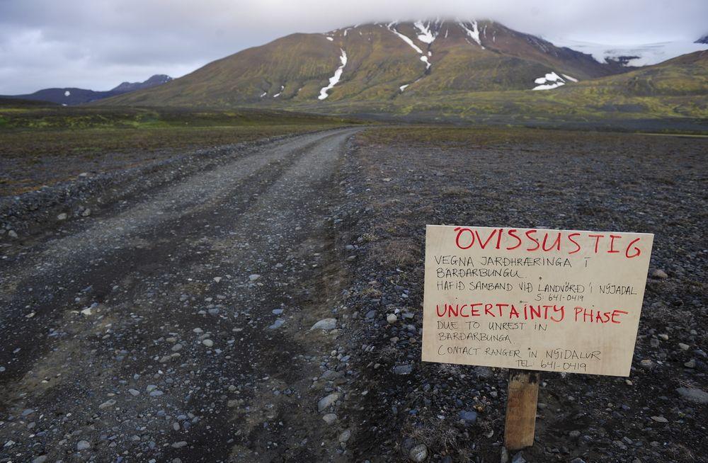 Et varselsskilt er satt opp på veien som fører til Bardarbunga-vulkanen på Island, etter kraftig seismisk aktivitet i området de siste dagene. Lørdag kommer det meldinger om at et lite utbrudd er i gang nordøst for vulkanen.