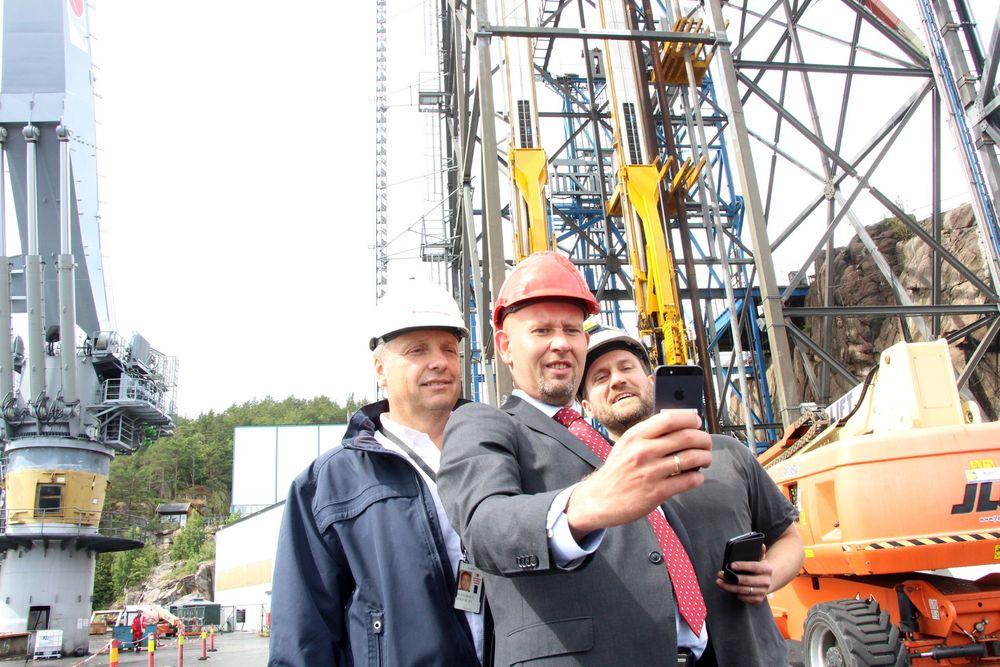 SELFIE: Tord Lien sørget for å ta en selfie på besøk hos National Oilwell Varco.