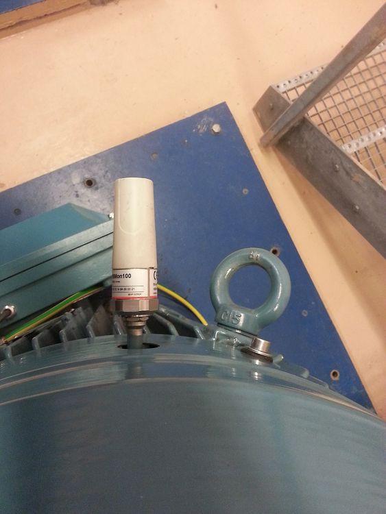 Bildet viser en trådløs vibrasjonssensor som er montert på en motor i en av Oslo vannpumpe-stasjoner. Sensoren gjør det blant annet mulig å identifisere feil i motorens kulelagre, før feilen fører til driftsproblemer.