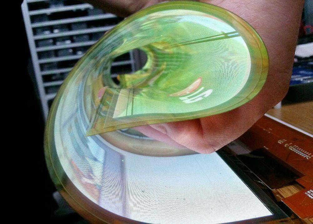 Fleksibel: En av fordelene med OLED-skjermer er at de er produsert på en polymerfilm. Det gjør dem fleksible og kan gi mange spennede formfaktorer. LG har demonstrert en TV som både kan kontrollere om den skal være flat og buet via fjernkontrollen.