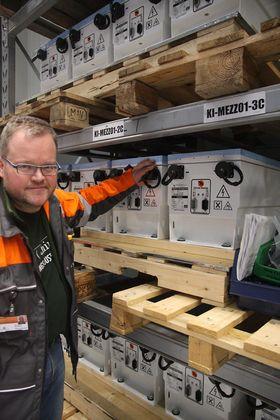 Batteritest: Asbjørn Halsebakke ved Wärtsiläs nye testsenter på Stord med  batterier tilsvarende dem som er om bord i Viking Lady.