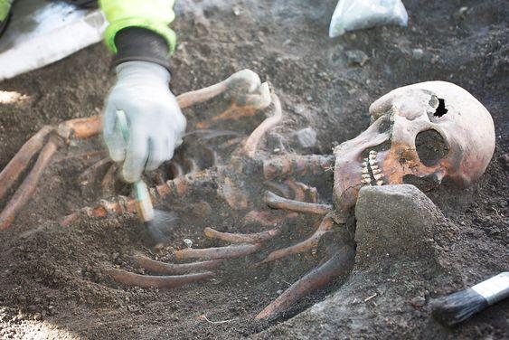 Arkeologene tror dette har vært en kraftig mann i 20-årene. Han er nå en av rundt 100 som man nå har funnet knokler etter ved den kommende traseen til Follobanen.