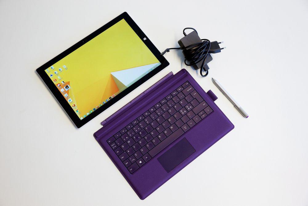 Surface Pro 3: Komponentene i pakken er selve brettet, med en fornuftig liten strømforsyning og penn. Tastaturet kommer i tillegg til rundt tusenlappen, og det trenger du.
