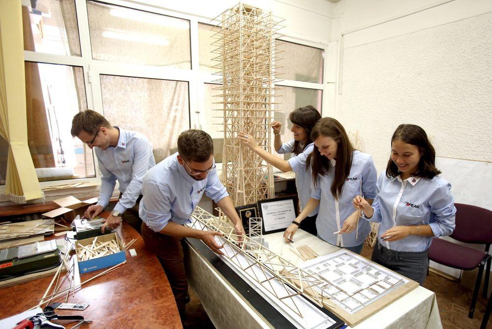 Rumenske ingeniørstudenter ved det Tekniske universitetet i Cluj-Napoca utvikler en bygningsstruktur til en seismisk designkonkurranse tidligere i slutten av juni. Mange ferdigutdannede rumenske ingeniører søker seg ut av landet for å få høyere lønn, blant annet til Norge. Foto: Scanpix