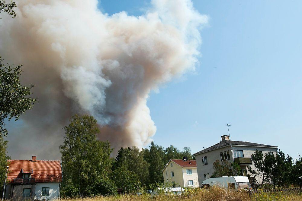 Beboere i Gammelby må evakuere pågrunn av en stor skogbrann som har herjet Sala kommune siden torsdag.