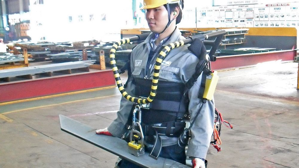 Plate på plate på plate. Arbeiderne ved Okpo-dong-anlegget i Sør Korea er vant med å flytte stål, og forklarer at det nye exoskjelettet har gitt ryggen en kjærkommen avlasting.