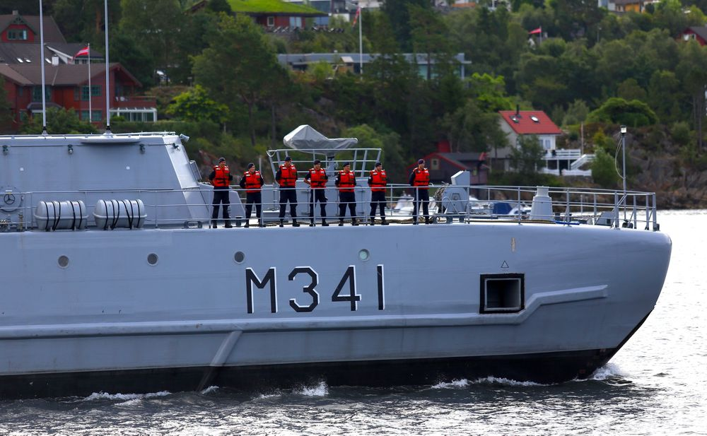 KNM Karmøy forlater Haakonsvern i Bergen.
