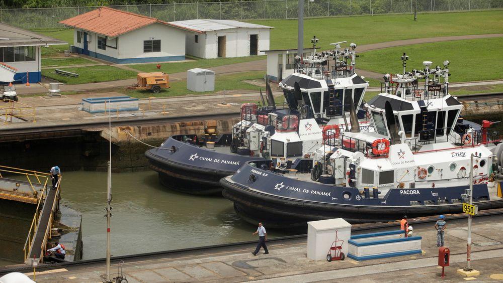 Slepebåter i Miraflores-slusen i Panamakanalen.