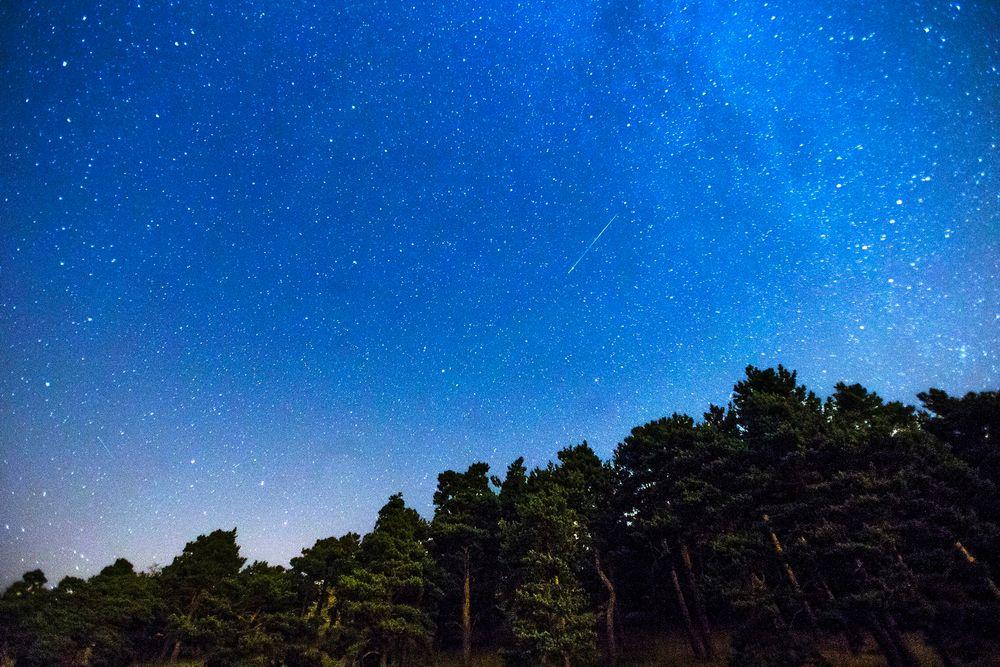 To meteorer fra Perseidene sett fra utkanten av Madrid 28. juli 2014.