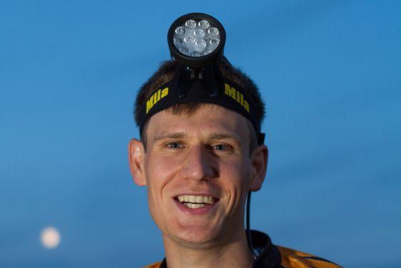 Olle Boström løper nattorientering med hodelykten Mila Vega.
